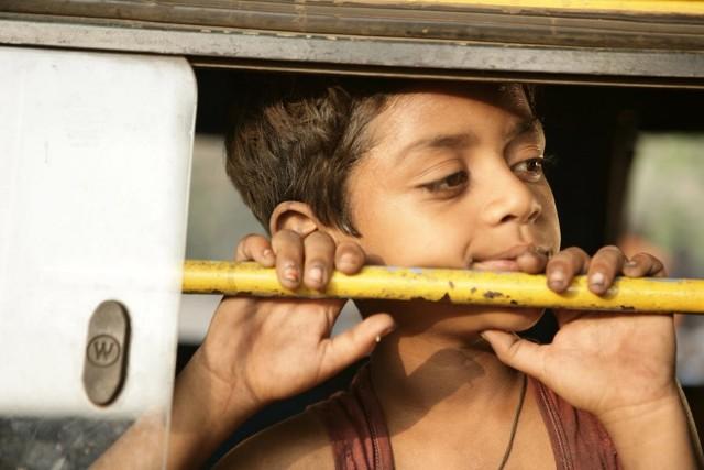"""""""Slumdog. Milioner z ulicy"""" to wzruszająca i przejmująca opowieść o realiach zycia chłopca ze slumsów w Bombaju"""
