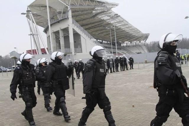Przedstawiciel ŁKS poinformowali, że policja wydała negatywną opinię na temat przyjmowania kibiców gości podczas łódzkich spotkań  piłkarzy ŁKS ekstraklasie. Oto uzasadnienie policji. Czytaj na kolejnych zdjęciach