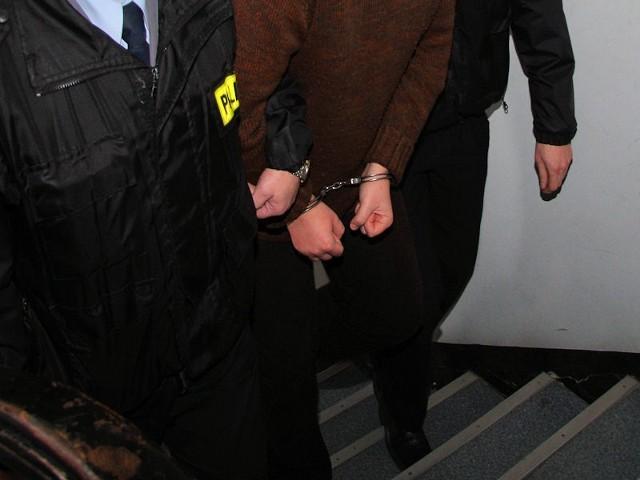 Najbliższe trzy miesiące 60-latek spędzi w areszcie. Potem stanie przed sądem za pobicie żony.