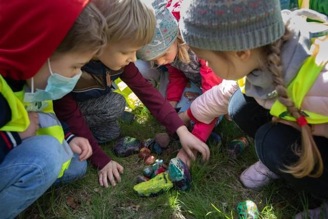 Pierwszych kolorowych kamyków w Bydgoszczy można szukać w Parku Ludowym im. Wincentego Witosa, bo tam dzieciaki z Centrum Edukacji Montessori w Dzień Ziemi (22 kwietnia 2021 r.) ukryły pomalowane przez siebie kamyczki i tym samy oficjalnie rozpoczęły grę terenową #montekamyki