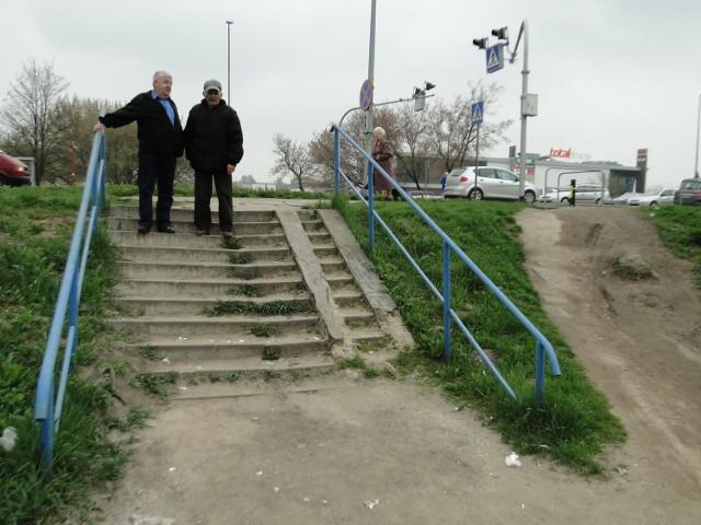 Schodki między ulicą Szarych Szeregów a mostkiem nad rzeką Mleczną wymagają remontu. Stopnie są nierówne, a beton na podjeździe dla wózków mocno wykruszony. Codziennie korzysta z nich sporo osób.