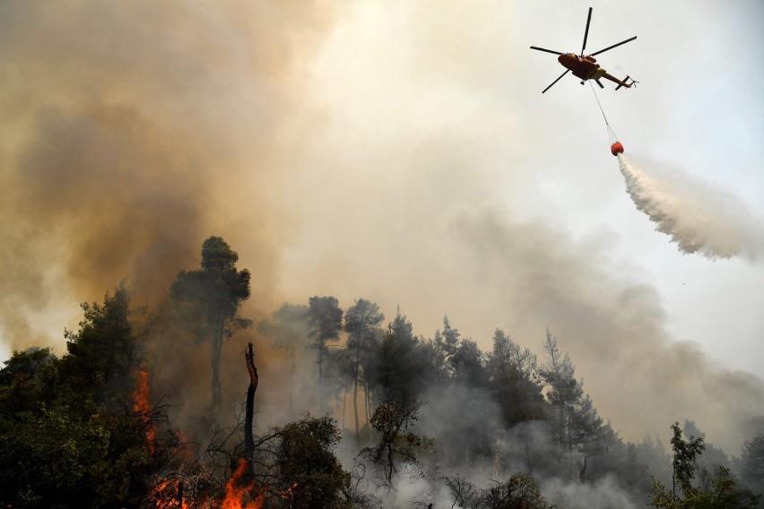 Pożary w Grecji: Ewakuacja ludzi na wyspie Evia i próba ratowania narodowych skarbów w Olimpii, kłęby dymu otaczają Ateny [ZDJĘCIA] [WIDEO]