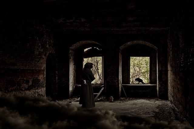 """W Łodzi i regionie nie brakuje nawiedzonych miejsc. Zarośnięta bluszczem kamienica przy ul. Gdańskiej, pałac Kindermanna, opuszczony dwór w Skłótach... Wszędzie tam ludzie widzieli rzeczy, o których woleliby zapomnieć. I których w racjonalny sposób nie potrafią sobie wytłumaczyć. Wszyscy opowiedzieli o swoich przeżyciach dziennikarzom """"Dziennika Łódzkiego"""".Zobacz 10 miejsc z Łodzi i regionu w których straszy nie tylko w Halloween..."""