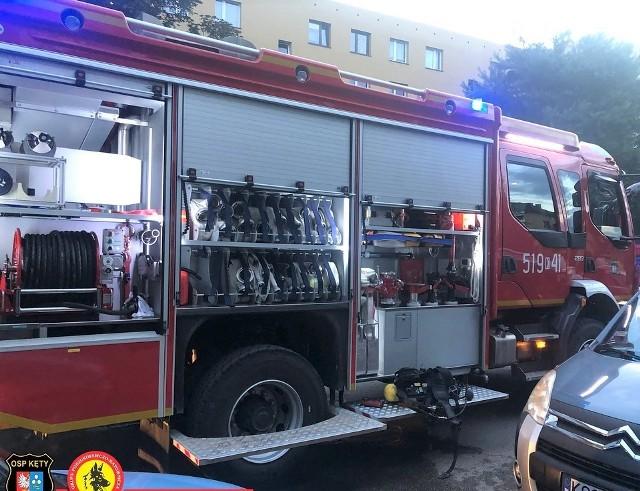Duże pojazdy pożarnicze z trudem zmieściły się na wąskiej uliczce na os. Nad Sołą w Kętach