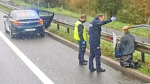Interwencja policji na autostradzie.Zobacz kolejne zdjęcia. Przesuwaj zdjęcia w prawo - naciśnij strzałkę lub przycisk NASTĘPNE