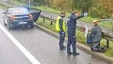 Na kolanach z krzyżem autostradą A4. Szedł z Krakowa do Częstochowy. Odwieziono go do szpitala psychiatrycznego