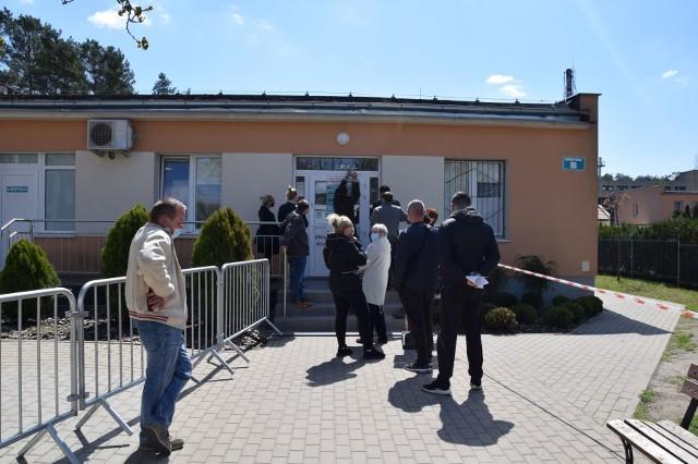 Punkt szczepień przeciw COVID-19 przy ul. Chałubińskiego 1 w Nowej Soli. Pacjenci chcą przyspieszenia terminu przyjęcia drugiej dawki.