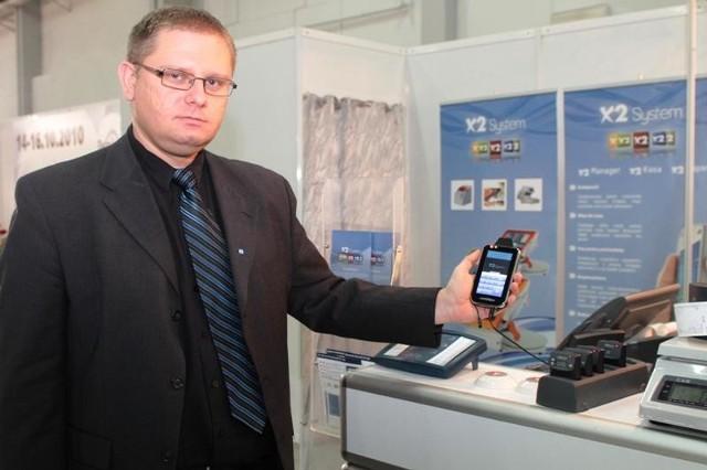 Piotr Stegmann, prezes firmy Adith prezentuje bonownik kelnerski i call waiter system.
