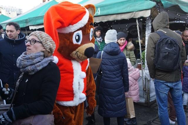 W niedzielę na rynku Jeżyckim w Poznaniu królowała świąteczna atmosfera. Dzieci wzięły udział w warsztatach, a dorośli mogli kupić regionalne produkty i prezenty świąteczne.Przejdź do kolejnego zdjęcia ------>Rozświetlenie świątecznej choinki na Starym Rynku: