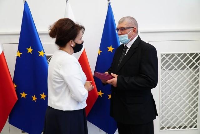 Stanisław Józef Bachmatiuk otrzymuje z rąk wicewojewody wielkopolski Anety Niestrawskiej pośmiertne odznaczenie państwowe swojej matki Bronisławy Bachmatiuk.