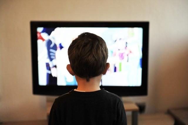 Z powodu zagrożenia koronawirusem w całej Polsce zamknięto szkoły oraz przedszkola. Z tego powodu najmłodsi często nudzą się w domu. Aby nieco zająć im czas warto włączyć ciekawy film lub bajkę na platformie Netflix lub HBO. Co wybrać?Filmy popularnego  Disneya lub też bajki japońskiego studia animacyjnego Ghibli to produkcje na najwyższym poziomie. Jeśli zastanawiacie się, co włączyć na platformach streamingowych swoim pociechom to w naszej galerii przygotowaliśmy kilka fajnych propozycji. Wideo: Jakie filmy obejrzeć w domu? Anna Wendzikowska podpowiada