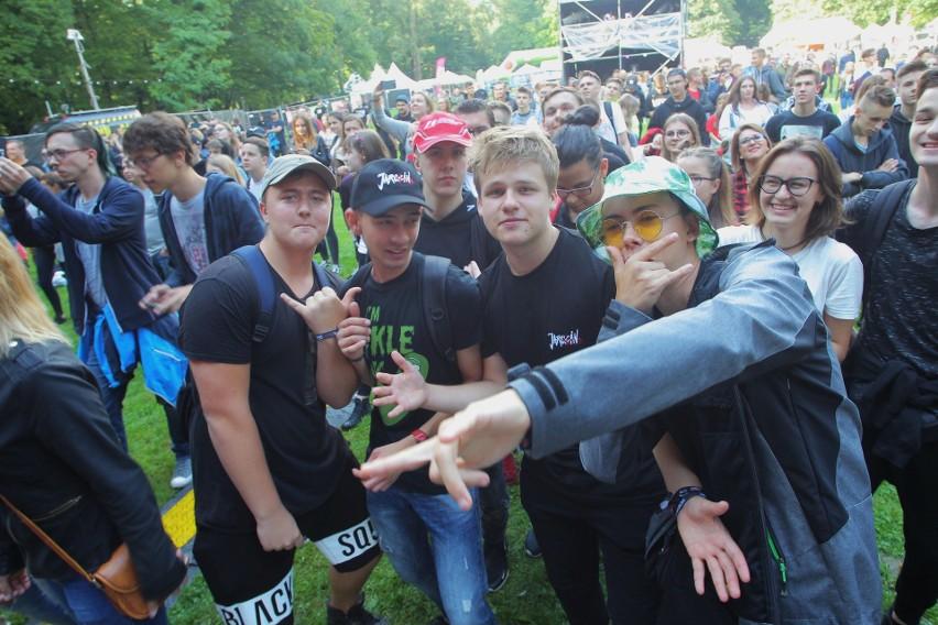 Jarocin Festiwal 2018 rozpoczęty! W piątek w parku przy Pałacu Radolińskich wystąpili DonGuralEsko, Nosowska i Pussy Riot. Zobaczcie, jak bawiła się publiczność podczas koncertów gwiazd.Przejdź do kolejnego zdjęcia --->