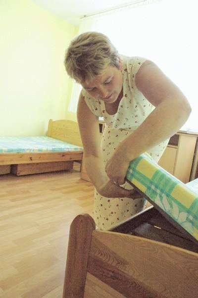 Małgorzata Goździk poprawia łóżka w pokojach. Od czwartku śpią na nich mieszkańcy nowego domu dziecka w Szprotawie.