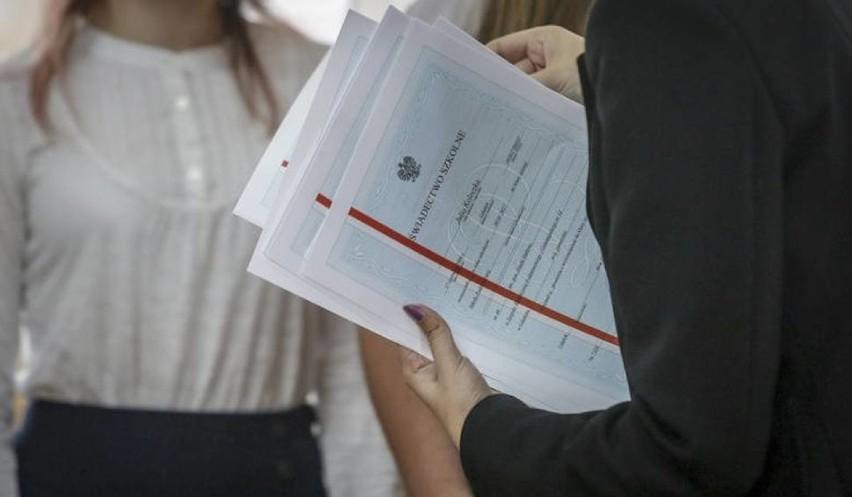 Młodzież w Świdniku ma pretensje do władz, że w lipcu został podniesiony stypendialny próg