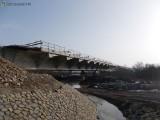 Kurów. Most powstający w ciągu DK nr 75 między Brzeskiem a Nowym Sączem połączył dwa brzegi Dunajca [ZDJĘCIA]