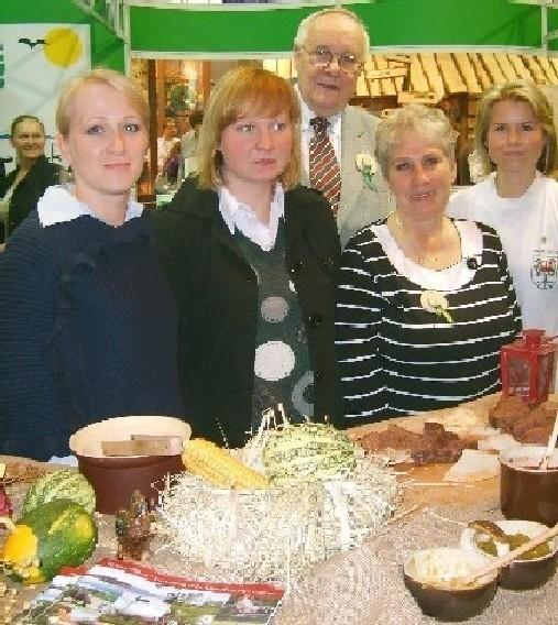 Gminę promowały w Poznaniu (od lewej) Lidia Górna, Michalina i Jolanta Matalewskie oraz Agata Świderska. Odwiedził je m.in. dr Włodzimierz Łęcki, (w środku) który jest rektorem międzychodzkiego Uniwersytetu Trzeciego Wieku