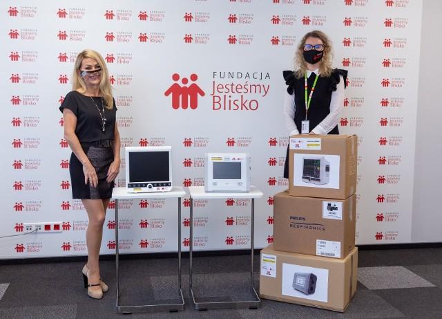 """Od lewej: Małgorzata Wypychewicz, założycielka """"Fundacji Jesteśmy Blisko"""", prezes Rady Nadzorczej ZPUE oraz Marta Szewczyk-Wypychewicz, prezes Zarządu Fundacji """"Jesteśmy Blisko""""."""