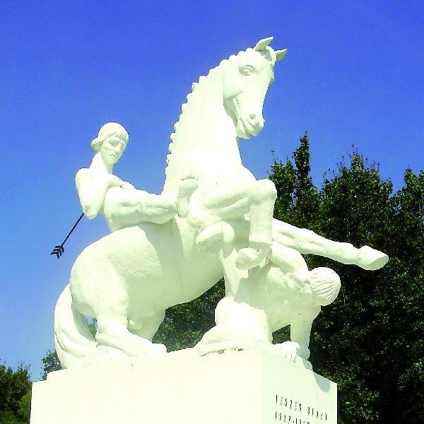 Pomnik w Marcinkowie Górnym poświęcony Leszkowi Białemu. W rzeczywistości książę został zabity pod kamieniem leżącym kilkaset metrów na północny-wschód od obelisku.