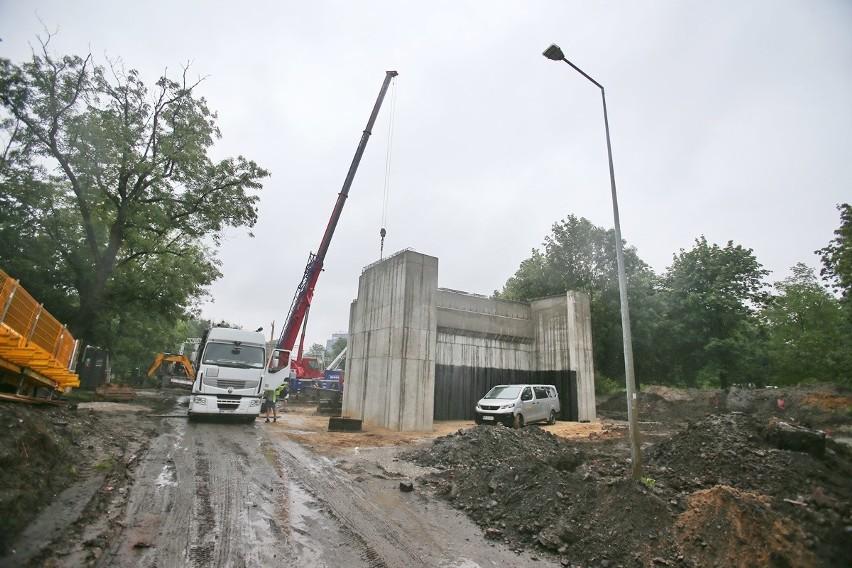 Pierwsza z czterech podpór 160-metrowego wiaduktu już jest...