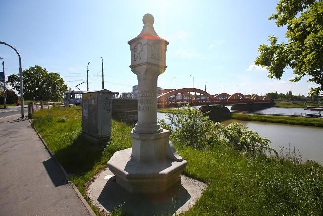 Jeden z trzech istniejących kamieni przy drodze wylotowej na północ w stronę Trzebnicy (w sąsiedztwie Mostów Trzebnickich).