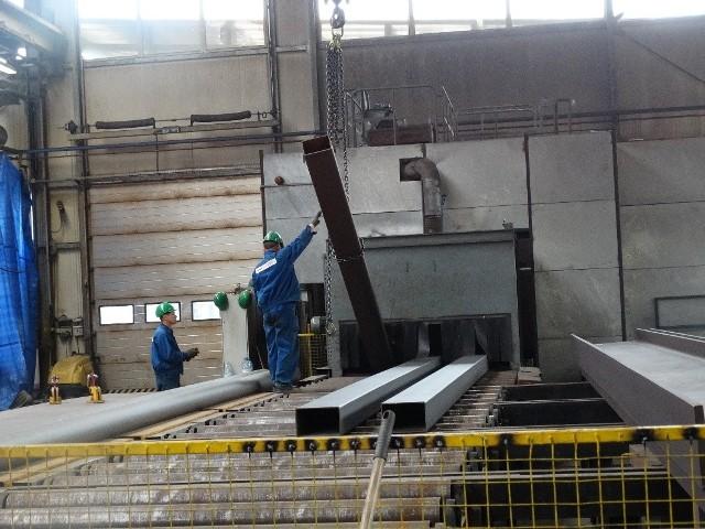 Promostal ma nowe kontrakty i szuka ślusarzy i spawaczyObecnie Promostal montuje stalową konstrukcję wsporczą urządzeń technologicznych miejskiej spalarni przy ul. Andersa, a wartość tego kontraktu to 5 mln zł.
