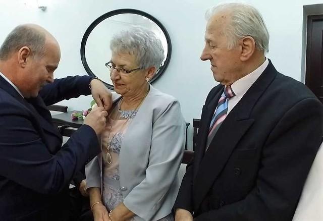 Jarosław Radacz, burmistrz Brodnicy wręczył tym razem odznaczenia dla sześciu par mieszkających w Brodnicy. Na zdjęciu:  Stefania i Roman Komorowscy.