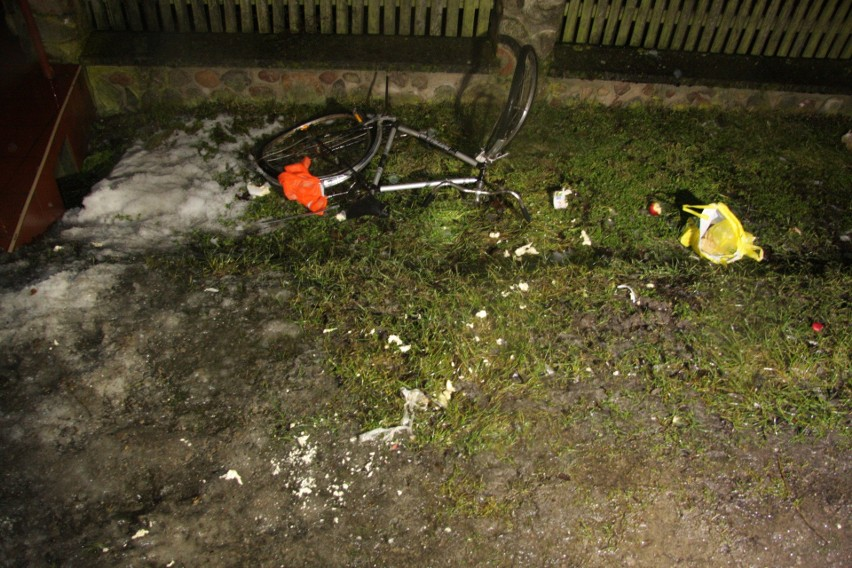 - Do zdarzenia doszło w terenie zabudowanym na nieoświetlonym odcinku drogi - informuje Monika Winnik z Komendy Powiatowej Policji w Makowie Mazowieckim. - Według wstępnych ustaleń 22–letni mieszkaniec pow. makowskiego, kierując volkswagenem golfem, uderzył w nadjeżdżającego z przeciwka rowerzystę, który nie posiadał przy rowerze oświetlenia ani elementów odblaskowych. W wyniku zderzenia 33-letni rowerzysta, mieszkaniec pow. makowskiego, zginął na miejscu.  Kierujący golfem był trzeźwy. Na miejscu zdarzenia policjanci wykonali czynności pod nadzorem prokuratora.Do śmiertelnego wypadku doszło 20 lutego około godz. 19.00