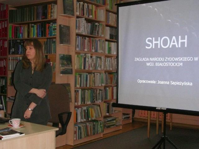 """Joanna Sapieżyńska podczas prezentacji na temat """"Shoah"""""""