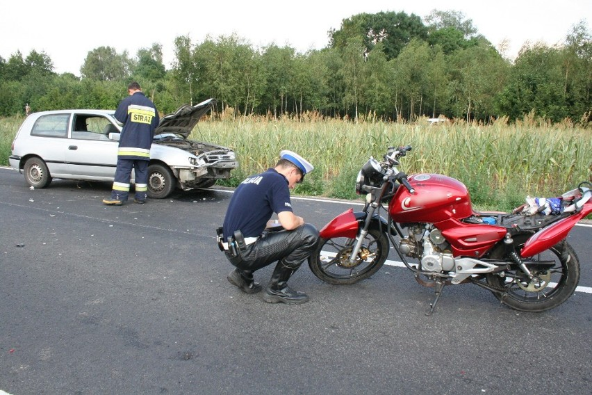 Śledczy wyjaśniają okoliczności śmiertelnego wypadku z udziałem motorowerzysty.