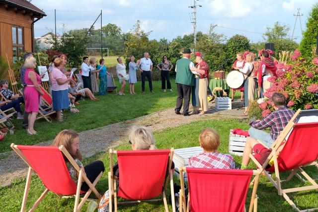 Podczas jabłkowego święta wystąpili Anna i Jacek Przybyszowie z Andruszkowic, którym towarzyszył zespół  Przelaski z Zajeziorza, w gminie Samborzec. Były wyciskane soki owocowo - warzywne i dobra muzyka, która porwała co niektórych do tańca.