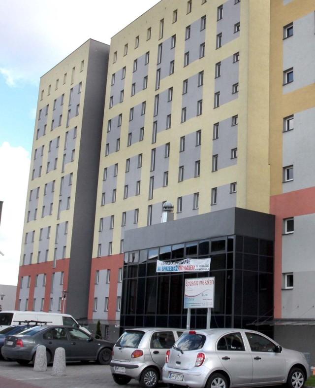 Wieżowiec przy ulicy Staroopatowskiej własnością miastaGmina kupiła wieżowiec przy ul. Staroopatowskiej za ponad 12,4 mln zł. W kolejnych miesiącach prywatna spółka, od której miasto kupiło blok, wyposaży mieszkania, by można się było do nich wprowadzić. Zakres prac to głównie o montaż podłóg, drzwi oraz wyposażenie w podstawowe urządzenia łazienek i kuchni.