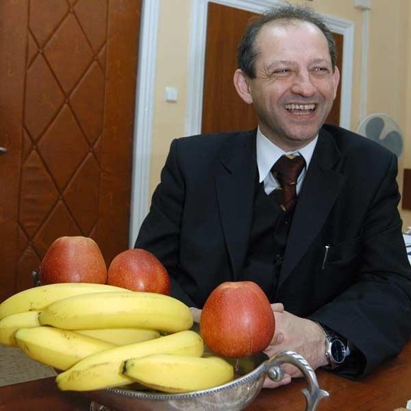 Kurator dochowuje zdrowotnych przykazań - je owoce i warzywa. Z biurka wyjmuje dorodne jabłka. Zawsze je ma pod ręką. W domu pogryza na surowo marchewkę.
