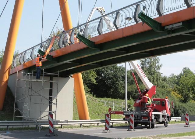 Firma konserwująca kładkę we wtorek rozpoczęła prace przy przesunięciu skrajnych lin podtrzymujących konstrukcję.
