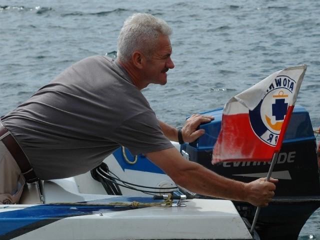 Henryk Hlib mocuje flagę WOPR do motorówki. W sezonie o bezpieczeństwo na jeziorze Lipie będą dbać też ochotnicy.