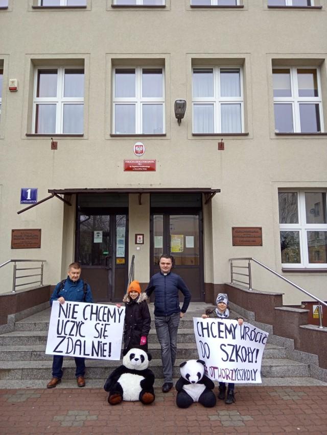 Dzieci protestujące przy Szkole Podstawowej numer 4 przeciw zdalnej nauce z maskotkami pandy