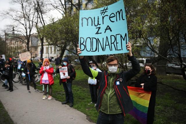 """Przed siedzibą Prawa i Sprawiedliwości w Krakowie w niedzielę (18 kwietnia) odbyła się demonstracja """"#muremzaBodnarem"""" przeciwko ostatnim decyzjom dotyczącym Rzecznika Praw Obywatelskich."""