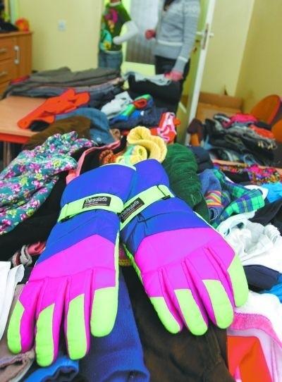 Trzy sale w świetlicy zajęły ubrania przyniesione przez naszych Czytelników. Z pewnością bardzo się przydadzą dzieciom.