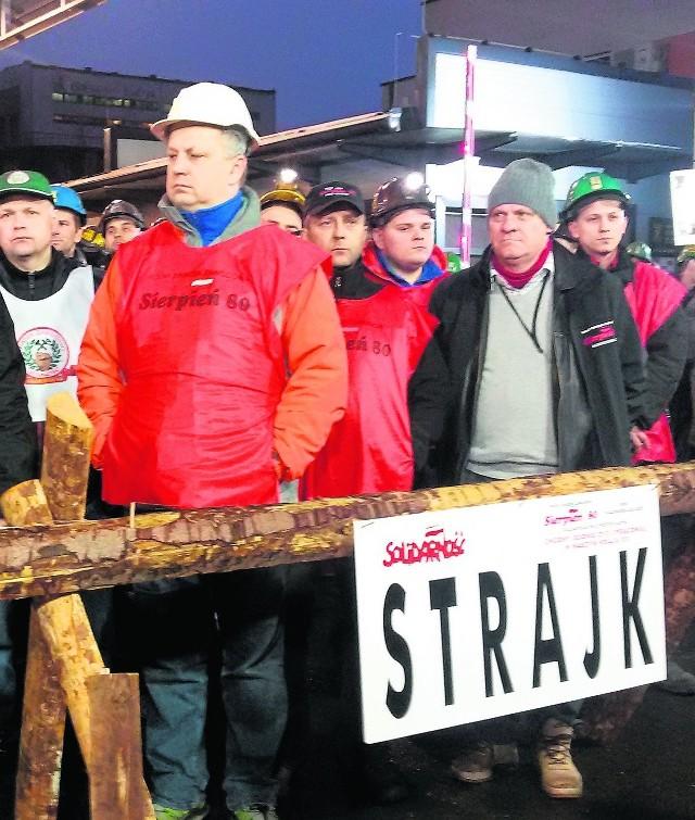 Krzysztof Łabądź (na pierwszym planie) z Budryka: - Oddamy pieniądze najbardziej potrzebującym górnikom - zapewnia