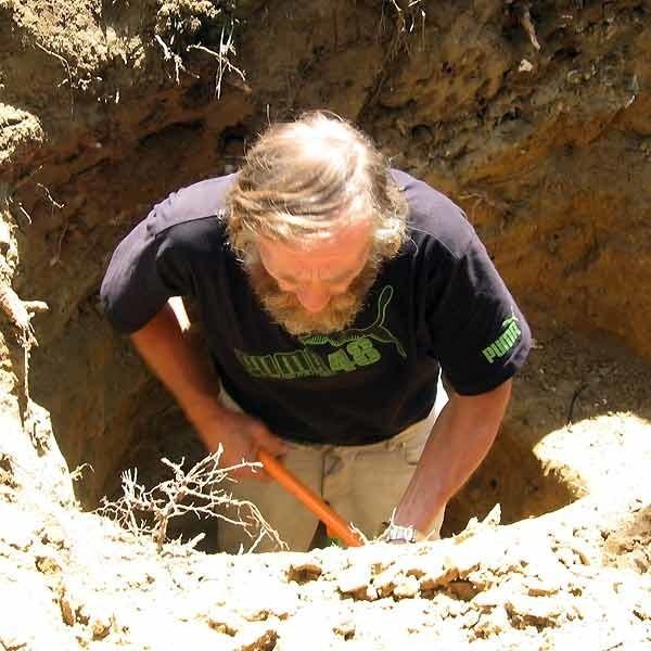 Chociaż wykopy sięgały nawet trzech metrów głebokości, skrzyń wypełnionych złotem i biżuterią na cmentarzu nie znaleziono.
