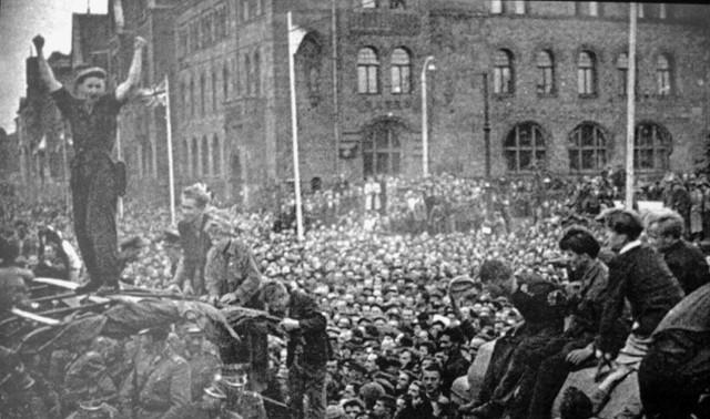Wiec w centralnym punkcie miasta zgromadził kilkadziesiąt tysięcy osób. Była radość i nadzieja. Nie trwały długo. Kilkadziesiąt minut później padły pierwsze strzały