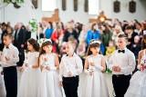 Życzenia na Pierwszą Komunię Świętą 2021. Życzenia dla dziecka komunijnego. Niesztampowe, religijne, wzruszające życzenia i wierszyki!