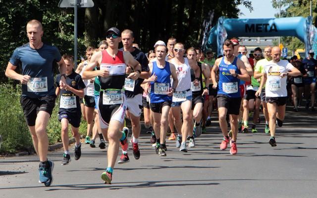 """1200 biegaczy pokonało dystans nieco ponad 7 kilometrów w sobotnim VIII """"Biegu Trzech Plaż"""" w Grudziądzu. Najszybciej na metę dobiegł Paweł Mazur."""