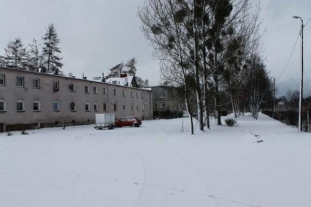 Między blokami dawnych koszar a ul. Starobrzeską planiści wyznaczyli miejsce na kilkanaście bloków.Między blokami dawnych koszar a ul. Starobrzeską planiści wyznaczyli miejsce na kilkanaście bloków.