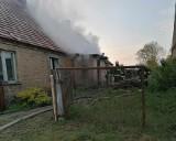 Pożar domu w Gralewie. Paliło się naprzeciwko remizy OSP. Trzy osoby ewakuowano z płonącego budynku
