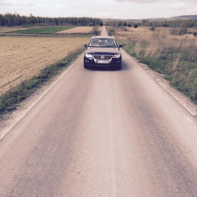 Droga w Górnie-Parcelach po remoncie jesienią 2014 roku zyskała asfaltową nawierzchnię. To w związku z modernizacją tej szosy znów rozgorzał spór między radnym Janem Sikorą a wójtem Przemysławem Łysakiem.