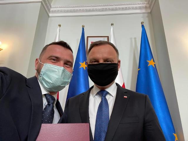 Piotr Kempf (po lewej) otrzymał od prezydenta Andrzeja Dudy nominację do Społecznego Komitetu Odnowy Zabytków Krakowa