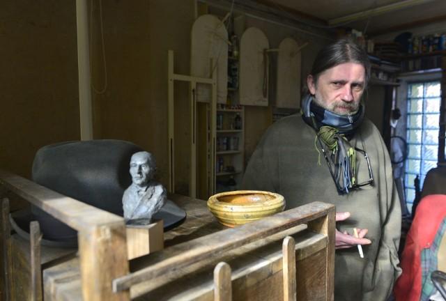 Norbert Jastalski w swoim warsztacie rzeźbiarskim w Iłży.