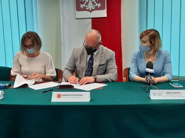 Rusza budowa boisk wielofunkcyjnych w gminie Małogoszcz. Na początek Kozłów. W podpisaniu umowy uczestniczyła wiceminister Anna Krupka.