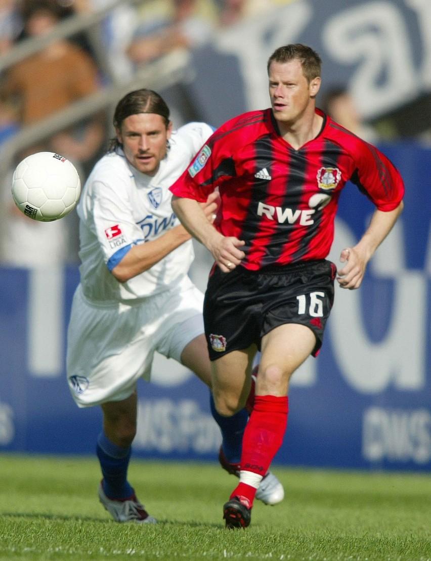 Jacek Krzynówek w walce o piłkę z napastnikiem Bochum, Duńczykiem Peterem Madsenem.