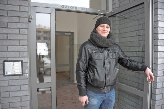 Maciej Siemieniuk - mieszkaniec białostockiego KTBSMaciej Siemieniuk właśnie wprowadza się do ponad 50-metrowego mieszkania w nowym budynku białostockiego KTBS. – To bardzo dobra opcja na własne lokum – mówi.